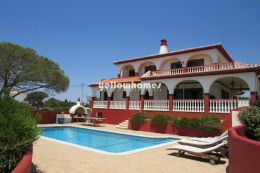 Stunning 5-bed villa with fabulous panoramic sea-views...